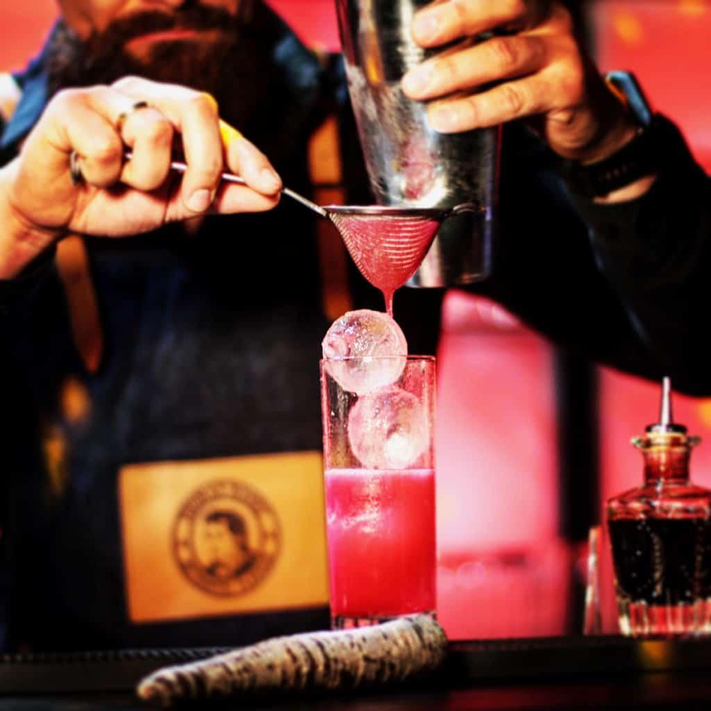 Berliner Möhre Fizz Cocktail wird angerichtet Brandstifter Gin